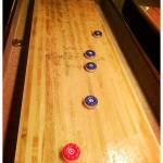 Shuffleboard mit Pucks